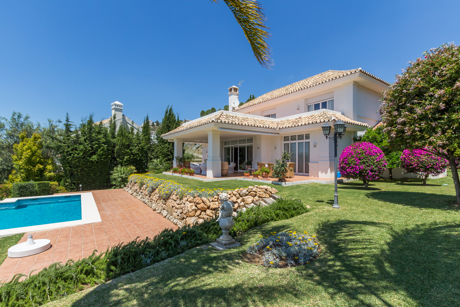 Lovely four bedroom, south facing family villa in La Quinta